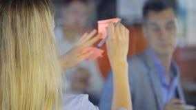 L'homme d'affaires écrit le plan de travail sur le conseil transparent banque de vidéos