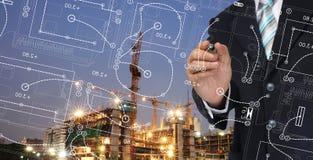 L'homme d'affaires écrivent le plan d'architecte photo stock