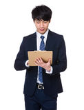 L'homme d'affaires écrivent sur le presse-papiers photo libre de droits