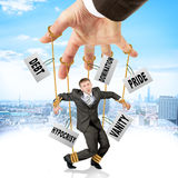 L'homme d'affaires accrochant sur des ficelles aiment la marionnette photos libres de droits