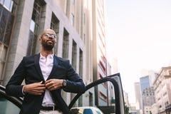 L'homme d'affaires africain a atteint le bureau photos stock