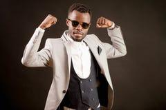 L'homme d'affaires africain puissant montre le biceps Affaires réussies Président fort photographie stock