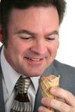 L'homme d'affaires aime la crême glacée Photo stock