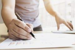 L'homme d'affaires analize les diagrammes et les graphiques de vente Photographie stock libre de droits