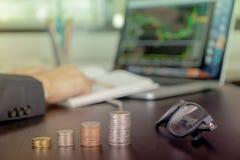 L'homme d'affaires analyse des opérations boursières avec la pile de pièce de monnaie Photos stock