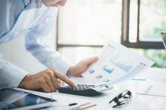 L'homme d'affaires analysent des données de vente d'investissement image libre de droits