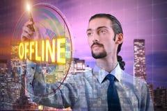 L'homme d'affaires appuyant sur le bouton virtuel off-line images stock