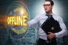L'homme d'affaires appuyant sur le bouton virtuel off-line photo libre de droits