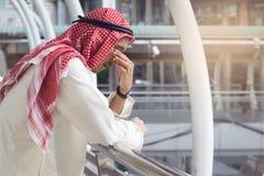 L'homme d'affaires arabe est déçu de la perte dans la bourse des valeurs, photos stock