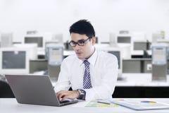 L'homme d'affaires asiatique travaille au bureau photos libres de droits
