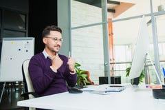 L'homme d'affaires au bureau, geste de succès, but a atteint, homme heureux Photographie stock