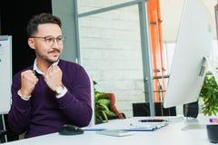 L'homme d'affaires au bureau, geste de succès, but a atteint, homme heureux Photos stock