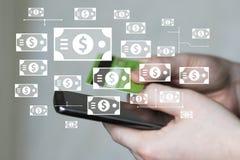 L'homme d'affaires au téléphone regarde l'information de carte de crédit et envoie la devise du dollar photographie stock libre de droits