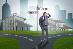 L'homme d'affaires aux achats et à la location de betweem de carrefours Photos stock