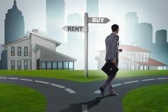 L'homme d'affaires aux achats et à la location de betweem de carrefours Photos libres de droits