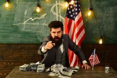 L'homme d'affaires avec l'argent et les Etats-Unis marquent représenter U fort S économie, force du dollar américain et Images libres de droits