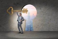 L'homme d'affaires avec des morceaux de puzzle principal et denteux Image stock