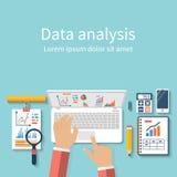 L'homme d'affaires avec l'ordinateur portable analyse des données Concept d'analyse, De plat Image libre de droits