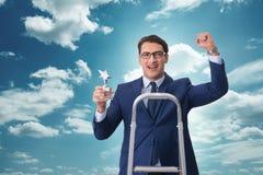L'homme d'affaires avec la récompense d'étoile contre le ciel Photo libre de droits