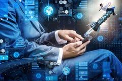 L'homme d'affaires avec le smartphone dans le concept de démarrage Images libres de droits