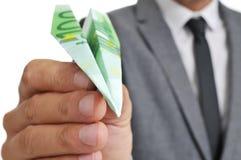 L'homme d'affaires avec un avion de papier a fait le ‹d'†de ‹d'†avec un bankno de l'euro 100 Photographie stock