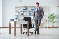 L'homme d'affaires ayant l'amusement faisant une pause dans le bureau au travail photographie stock libre de droits