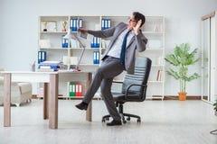 L'homme d'affaires ayant l'amusement faisant une pause dans le bureau au travail photo libre de droits