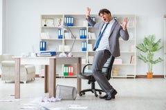 L'homme d'affaires ayant l'amusement faisant une pause dans le bureau au travail Photo stock