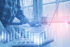 L'homme d'affaires calculent au sujet du coût et des finances de faire au bureau image libre de droits