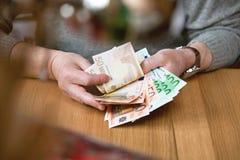 L'homme d'affaires compte des billets de banque euro Image libre de droits