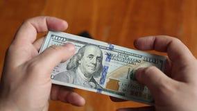 L'homme d'affaires compte des dollars banque de vidéos