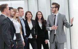 L'homme d'affaires conduit la formation avec l'équipe d'affaires Image stock