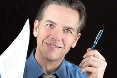 L'homme d'affaires confiant offre le crayon lecteur Image stock