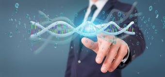 L'homme d'affaires contenant des données du rendu 3d a codé l'ADN avec le fi binaire Images libres de droits
