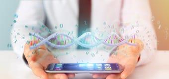 L'homme d'affaires contenant des données du rendu 3d a codé l'ADN avec le fi binaire Image stock