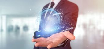 L'homme d'affaires contenant des données du rendu 3d mettent à la terre le globe sur un smartph Photo libre de droits