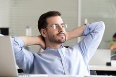 L'homme d'affaires détendu faisant la pause tenant des mains derrière la tête apprécient image stock