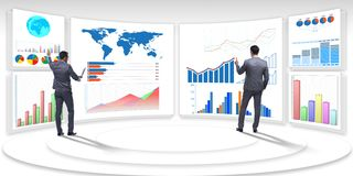 L'homme d'affaires dans la visualisation d'affaires et le concept d'infographics images stock