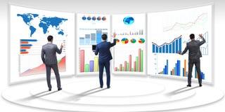 L'homme d'affaires dans la visualisation d'affaires et le concept d'infographics photographie stock libre de droits