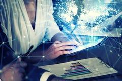 L'homme d'affaires dans le bureau s'est relié sur le réseau Internet au comprimé Concept d'association et de travail d'équipe Image libre de droits