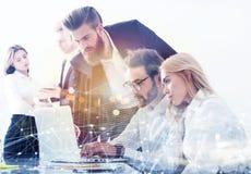 L'homme d'affaires dans le bureau s'est relié sur le réseau Internet aux effets de réseau Concept de compagnie de démarrage Doubl Photo libre de droits