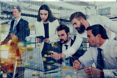 L'homme d'affaires dans le bureau s'est relié sur le réseau Internet aux effets de réseau Concept de compagnie de démarrage Doubl Photos stock