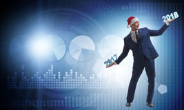 L'homme d'affaires dans le chapeau de Santa tenant 2017 et 2018 Photos stock