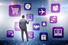 L'homme d'affaires dans le commerce en ligne et le concept de achat photos libres de droits