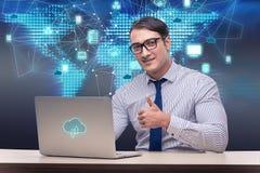 L'homme d'affaires dans le concept de calcul de nuage Image libre de droits