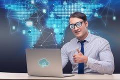 L'homme d'affaires dans le concept de calcul de nuage Image stock