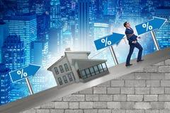 L'homme d'affaires dans le concept de financement de dette hypothécaire photo libre de droits