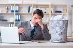 L'homme d'affaires dans le concept de réutilisation de papier dans le bureau Photo stock