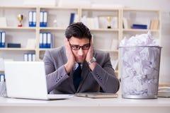 L'homme d'affaires dans le concept de réutilisation de papier dans le bureau Photos libres de droits