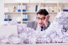L'homme d'affaires dans le concept de réutilisation de papier dans le bureau Photos stock